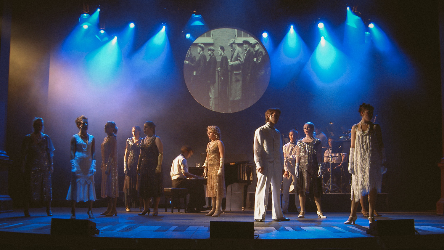"theatre stage scene of ""aint misbehavin"""